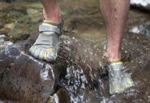 Scarpe con le dita per la montagna
